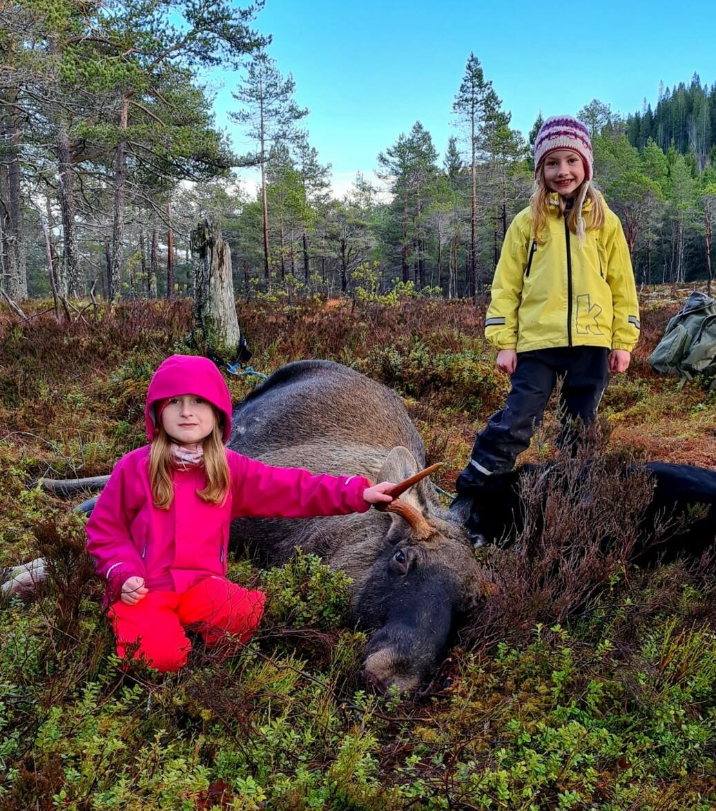 Astrid (t.v.) sat på post i lag med far, Edvin Landsem, da elgen kom. Her er ho i lag med søskenbarnet Alma og elgen!