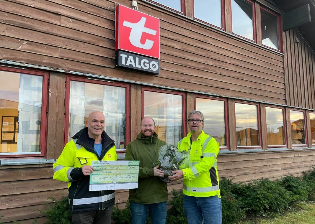 Hallvard Brusethaug (t.v.) og Elmer Talgø (t.h.) fra Talgø MøreTre overrakte blomster og en gavesjekk på 3000 kroner til Trollheimsporten og redaktør Øystein Hjelle Bondhus mandag.