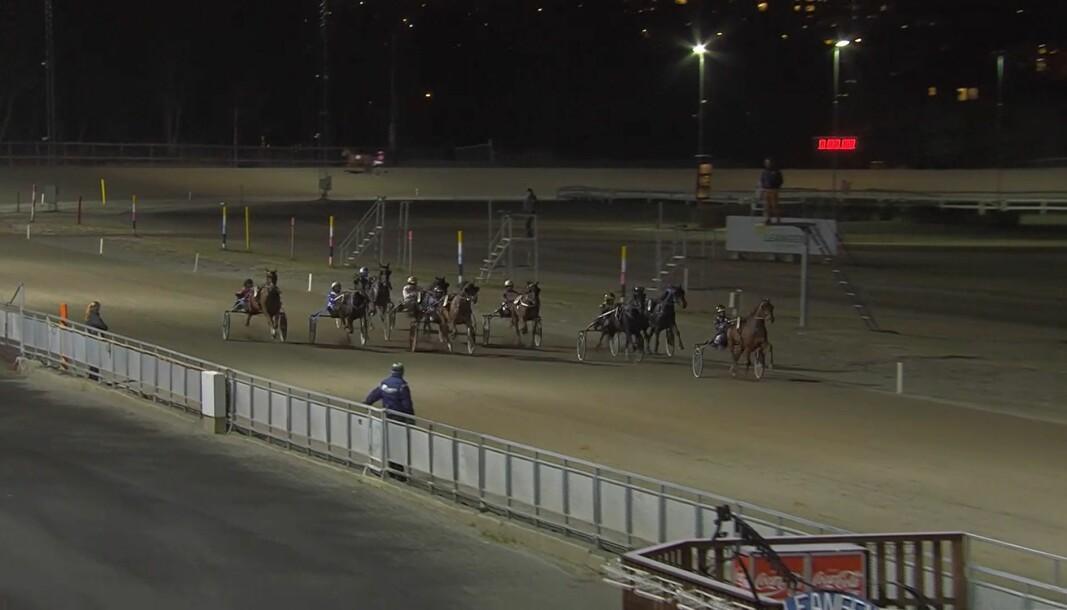 Magic of Joy var i aksjon i løp 7 på Leangen lørdag. Her er hesten til Irene Løfaldli på en foreløpig tredjeplass, helt inne ved lista. Det endte til slutt med en fjerdeplass.