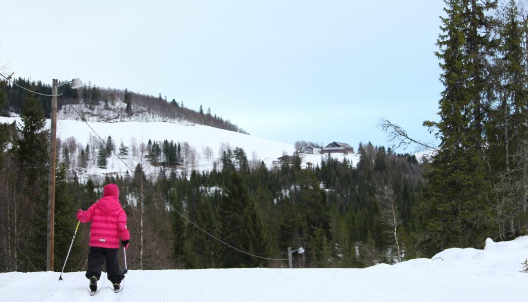 Ada Hylbakk Solvik tester skiløypa ved Helgetun. I bakgrunnen ser du gården Setra i Romundstadbygda.