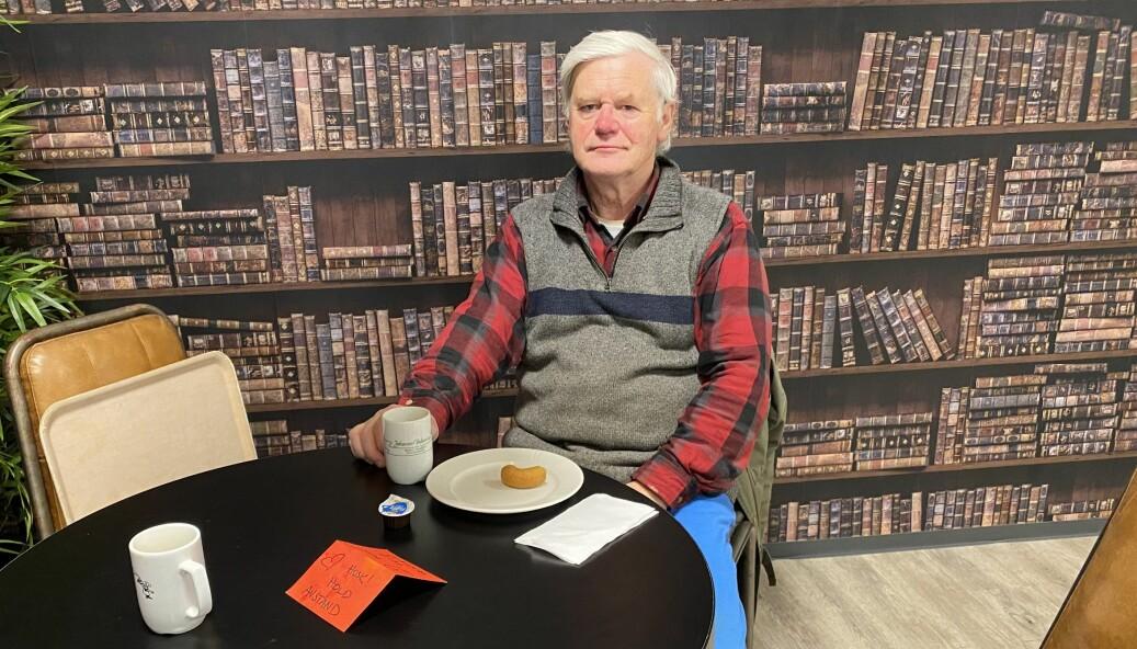 Frode Andresen tar en kaffekopp på Johansens conditori etter dagens veterinærrunde.