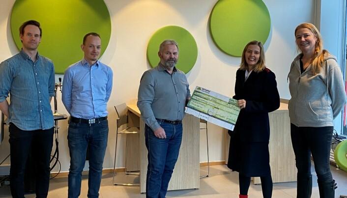 Frelsesarmeen Trondheim fikk 10 000 kroner i julegave fra Surnadal Sparebank.