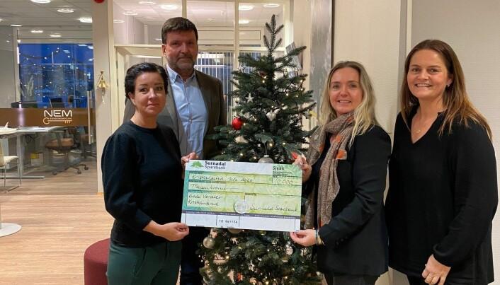 Gode Verdier i Kristiansund mottok også 10 000 kroner i julegave fra Surnadal Sparebank.