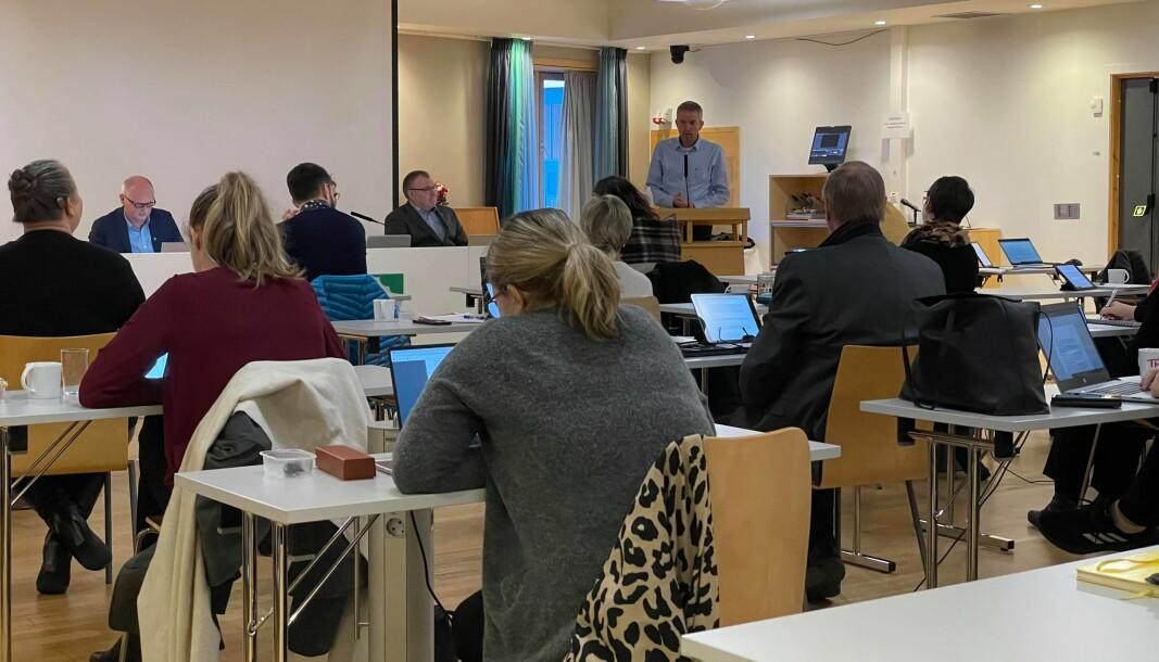 Lars Inge Kvande (på talarstolen) og kommunestyret i Surnadal sa torsdag klart ja til busetting av 19 nye flyktningar i 2021.