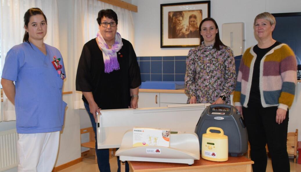 F.v. Anne Kotsbakk og Solveig Fosseide fra Rindal sanitetsforening, helsesykepleier Trine Lilleås og jordmor Kirsti Grytbakk.