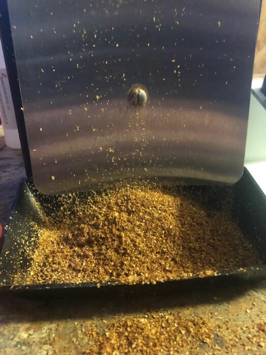 Lukten av nykvernet kaffe fylte galleriet.