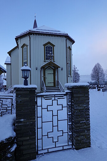 Rindal kirke. Inngangen fra øst, der det er parkering
