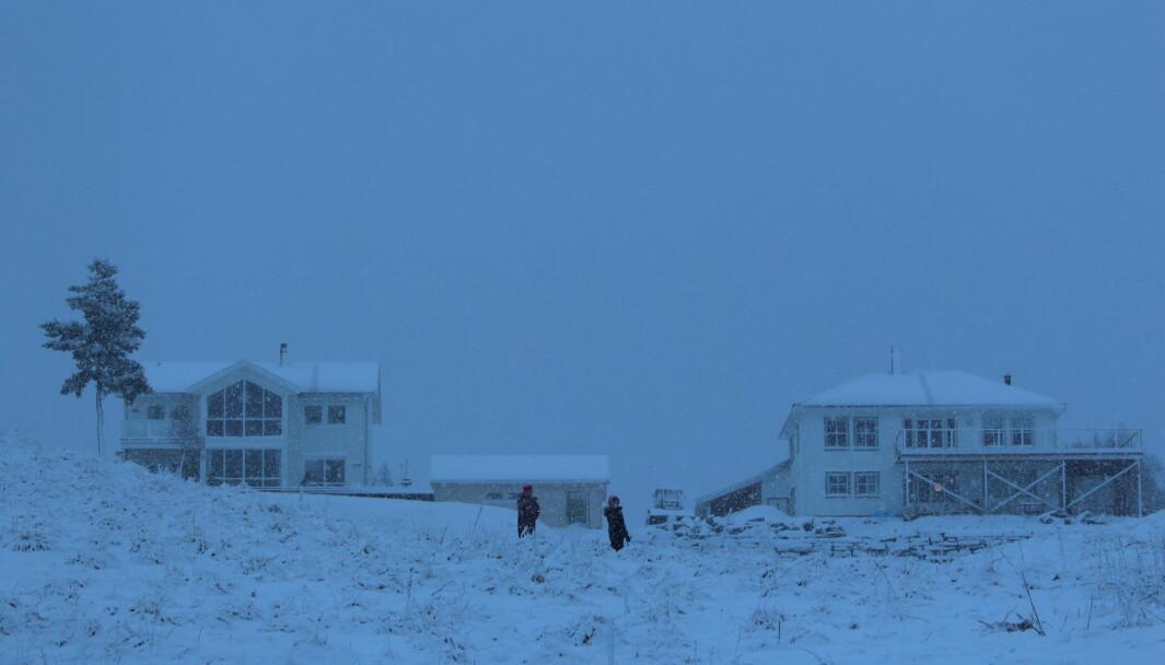 Lars og Ildri Grytbakk Heggem hilser god jul til fotografen. De tok snarveien over beite fra kirkegården hjem til Selbrekka.