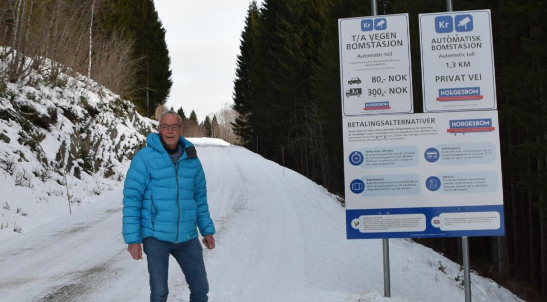 Magnar Almberg ved informasjonsskiltet for Tørset - Almbergvegen