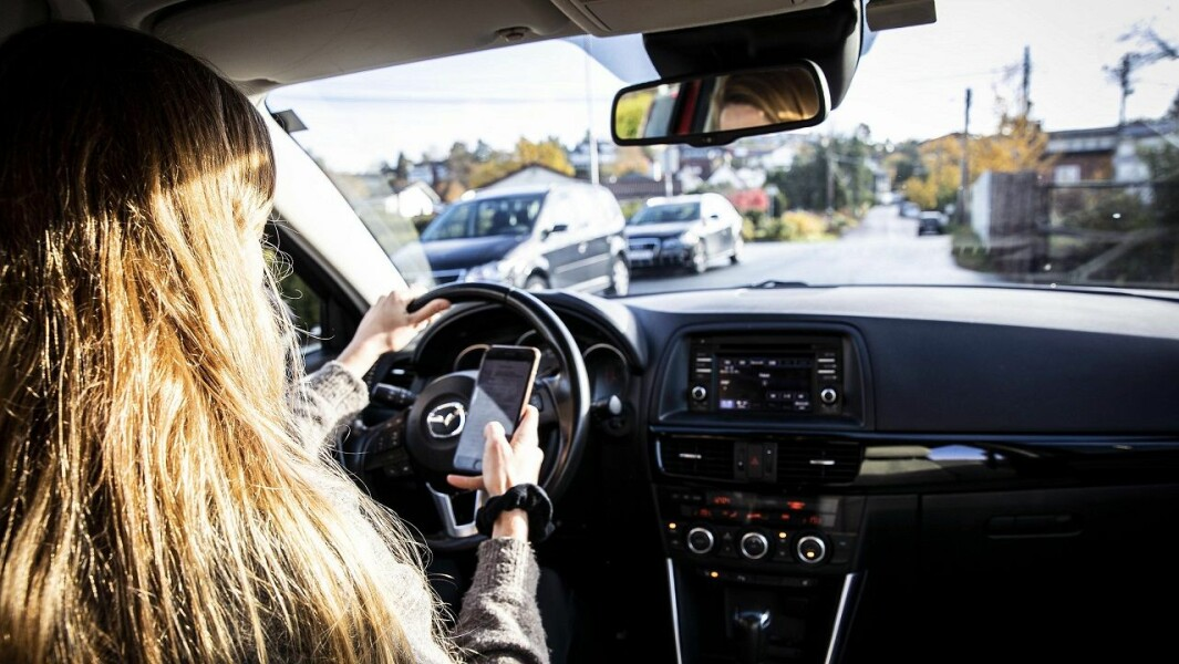 For mange gjør dette, nemlig bruker mobilen ulovlig i bilen. Derfor skjerpes straffen fra nyttår.