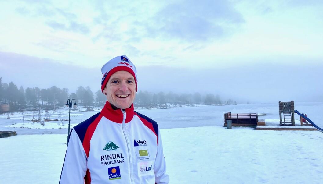 Lars Hol Moholdt bærer drakta med stolthet.
