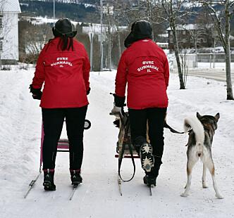 Representanter fra Øvre Surnadal idrettslag tester forholdene.