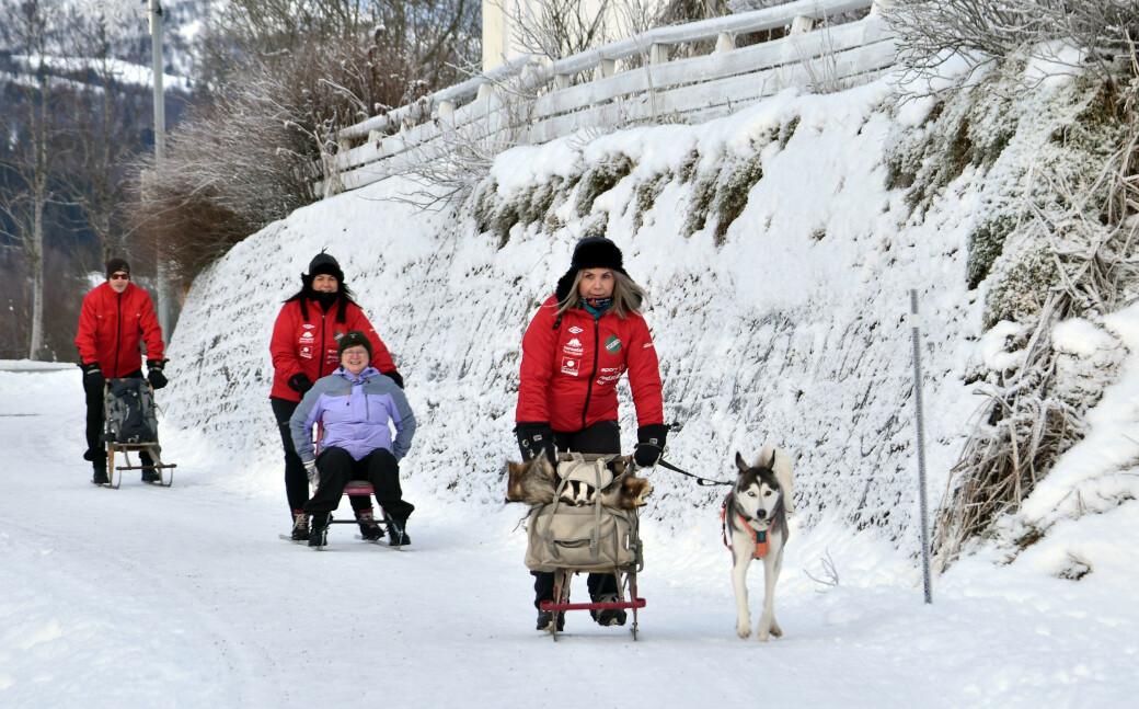 Surnadalinger tester sparkføret i Rindal. Anført av Ane Mogstad Strand med hunden Pilly. Deretter følger Mira Sæther, Mali Hildrun Settem og Kristian Settem.