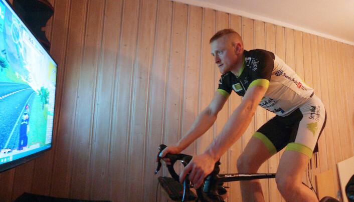 Håvard Gjeldnes i aksjon på Zwift-sykkelen før overgangen fra Trollheimen Sykkelklubb, som han fortsatt representerer utendørs, til Kalas ESport Racing Team.