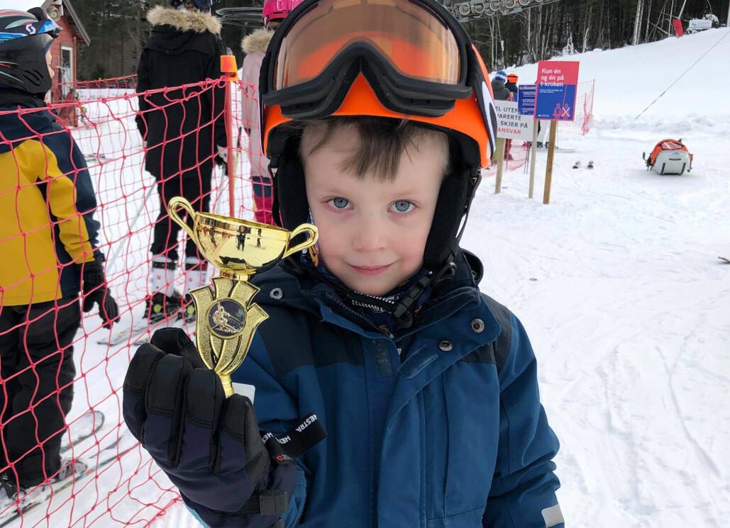Amund Todalshaug Strand var med sine 4 år en av de yngste deltakerne. Han synes det var stor stas å få pokal for god innsats