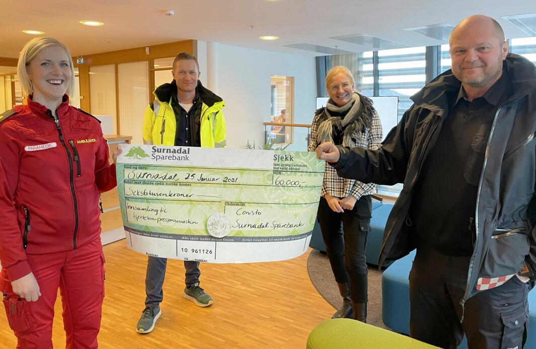 Linda Kvande (t.v.) og Tor Arne Moen (t.h.) har grunn til å smile etter at dei måndag mottok ein sjekk på 60 000 kroner frå Consto-sjef Anders Grimsmo (bak t.v.) og Liv Dalsegg i Surnadal Sparebank (bak t.h.).