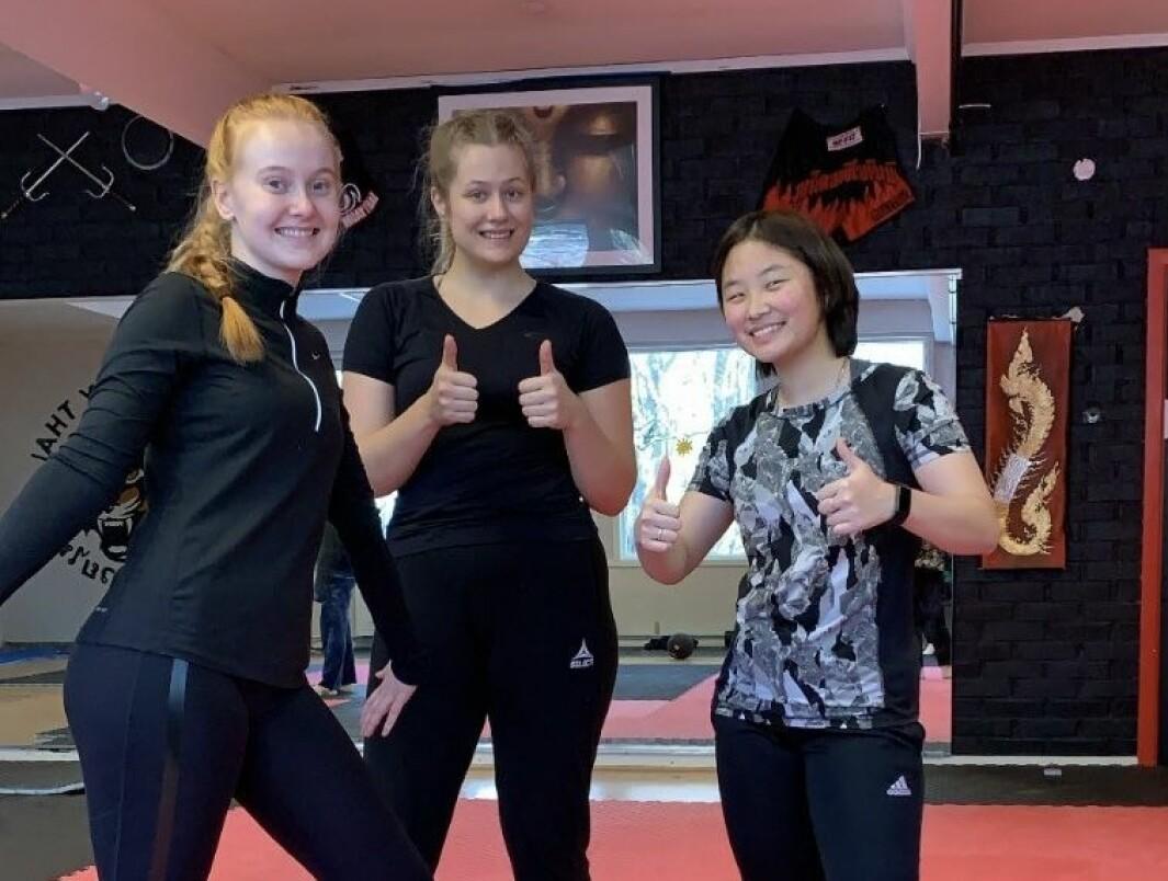 Trening i selvforsvar for damer. Vanja i midten, sammen med to medelever fra handballinja.