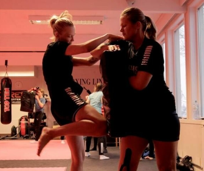 Vanja og en medelev fra håndballinja på kickboksingtrening.