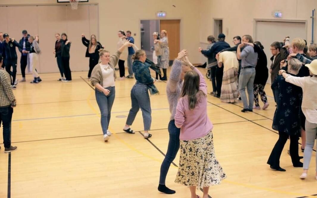 Skolen arrangerer flere dansetimer i løpet av skoleåret. Denne dagen hadde de pensjonistdag, der de kledde seg ut og blant annet danset swing.