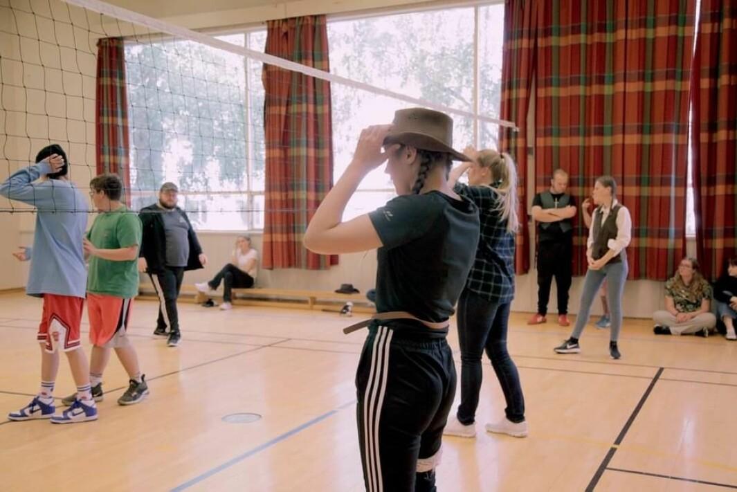 Volleyballturnering, avdeling mot avdeling. Vanjas avdelingen fikk temaet cowboy og kledde seg etter det.
