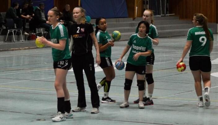 Opppvarming til handballkamp.