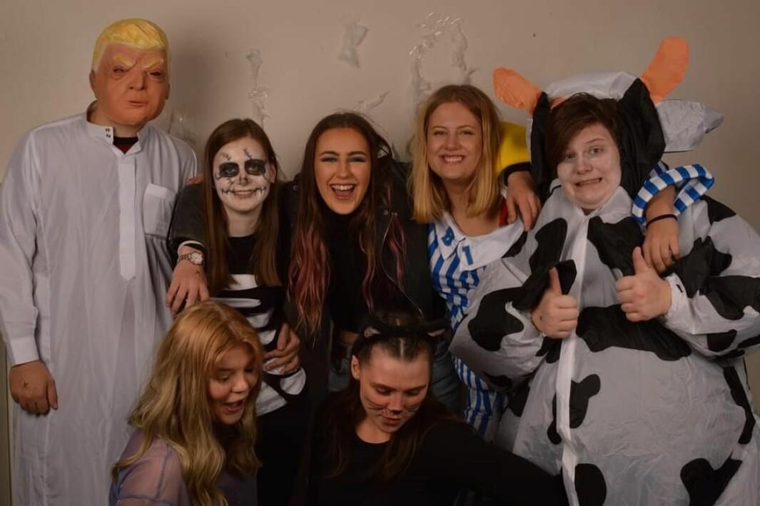 Vanja og flere fra avdelingen på halloween-fest.
