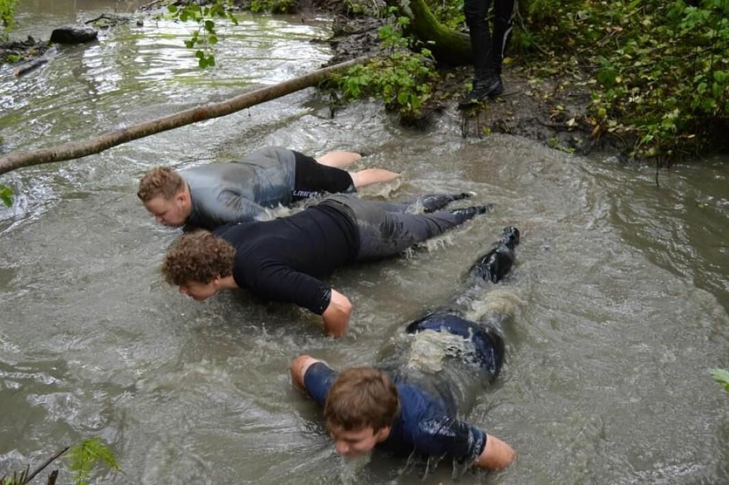 En av oppgavene på gjørmedagen var å utføre treningsøvelser i sølevannet.