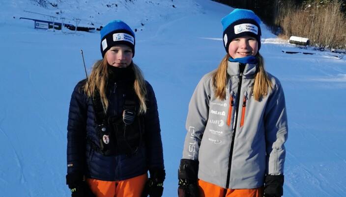 Selma Stavik Heggset, til venstre, og Eirin Aasgård delte ut premier ved målområdet