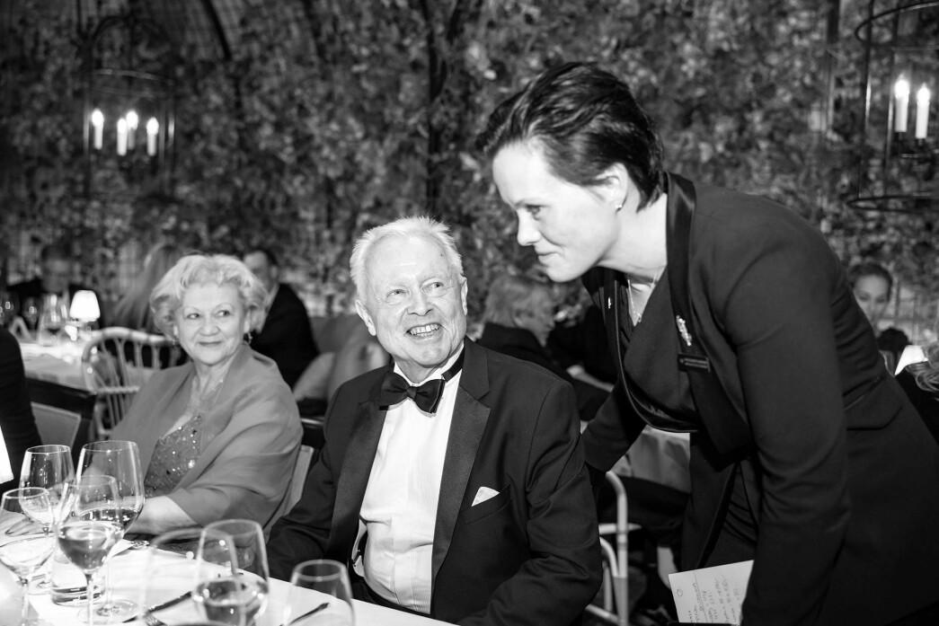 Ida Elisabeth Dønheim (t.h.) sammen med Bjarte Gjerde (i midten), prosjektleder og styremedlem Britannia Hotel og kona Ann-Britt Gjerde (t.v.). Bildet er tatt under den offisielle åpningsfesten etter totalrenoveringen av Britannia Hotel.