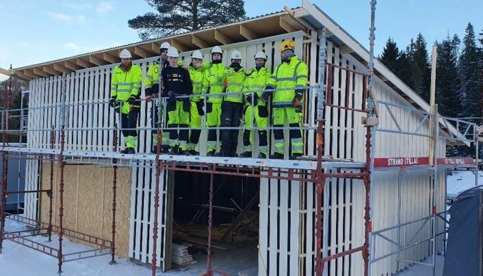 Kontaktlærer Roger S. Fuglås og en flott gjeng korrekt utstyrte elever.