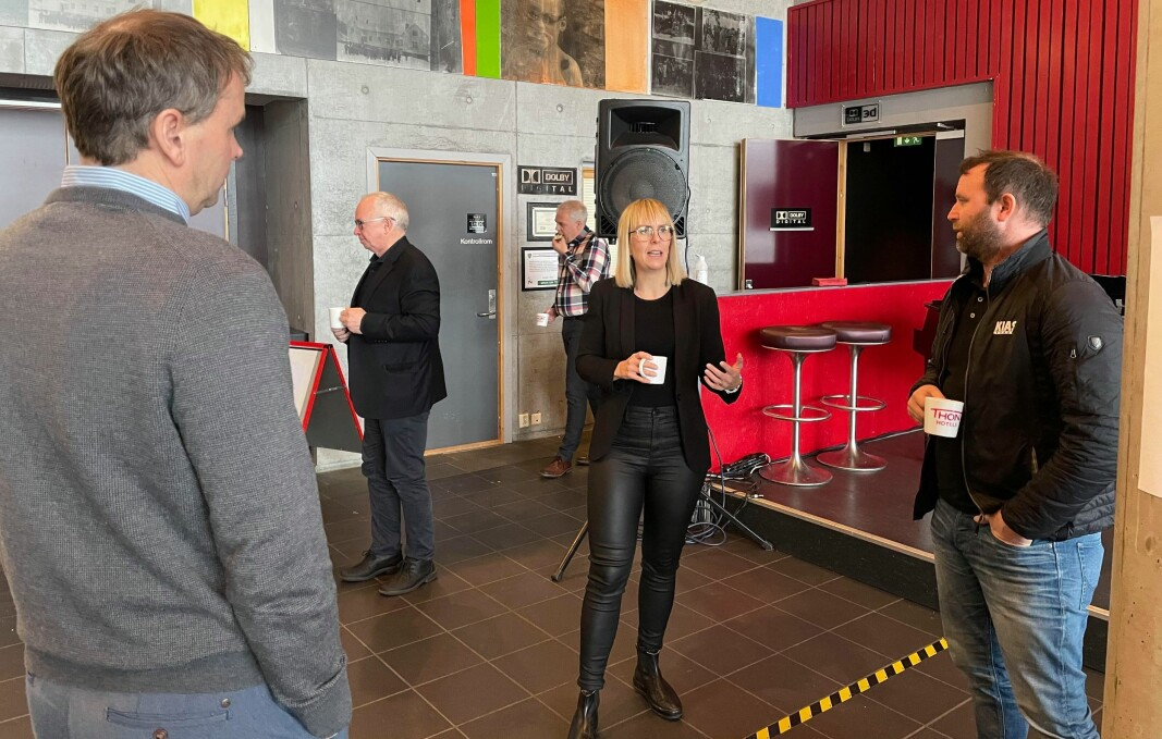 Ivar Næss (t.v.) og Grim Røen (t.h.) i samtale med Emma Østerbø fra Manufacturing Technology Norwegian Catapult Centre på Raufoss.