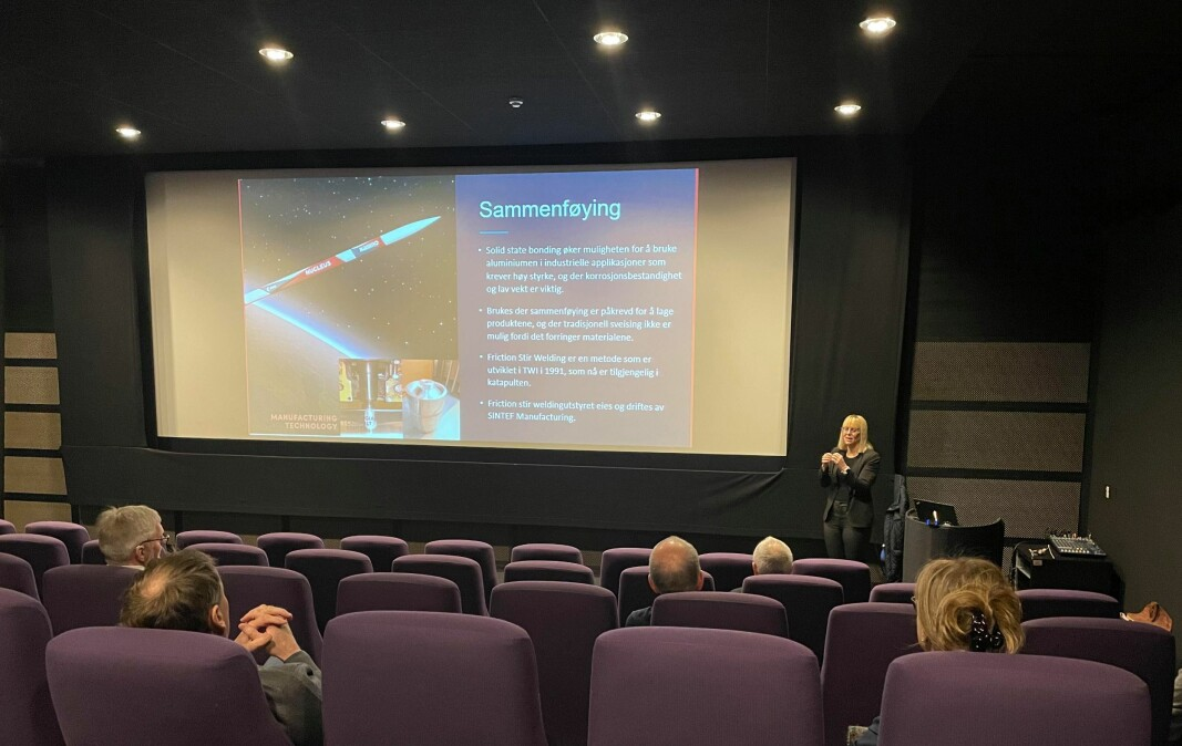 Emma Østerbø fra MTNC snakker til forsamlingen i kinosalen Kammerset, Surnadal kulturhus.