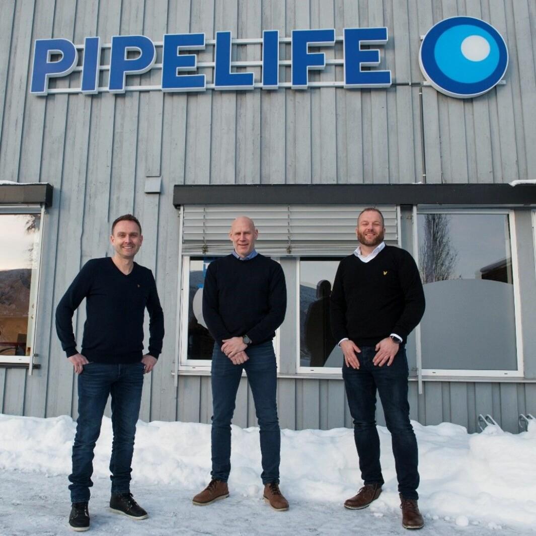 Foran hovedkontoret til Pipelife Norge i Surnadal. Fra venstre: Stian Svendsen Oen, Salgssjef VVS, Kjetil Løften, Forretningsutvikler VVS og Petter Gulløy, Produktsjef VVS.
