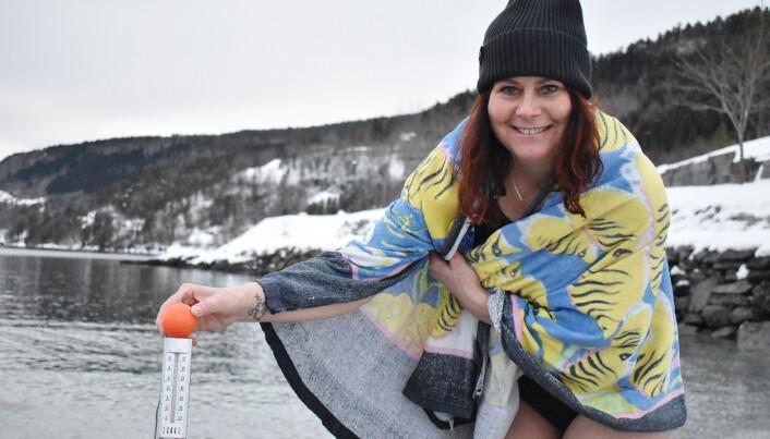 Linda Margareth Øye sjekker badetemperaturen