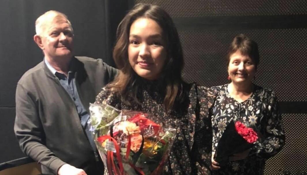 Surnadal AUF-leder Emily Stangvik (i midten) flankert av nyvalgt leder i Surnadal Ap, Reidar Brøske og avtroppende leder Lilly Gunn Nyheim.