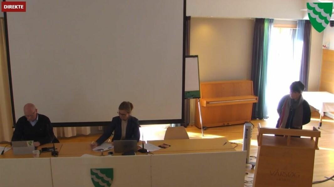 Kommunedirektør Knut Haugen (f.v.), ordførar Margrethe Svinvik og utvalsmedlem Eli Vullum Kvande under formannskapsmøtet torsdag.