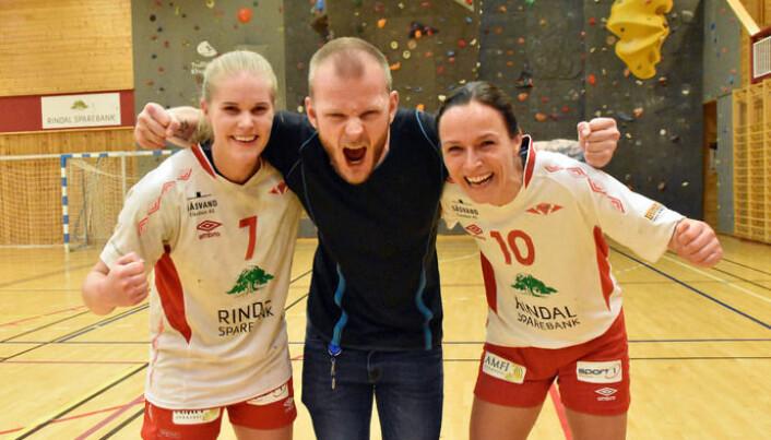 Anders Moe Sæter håper på flere jubelscener sammen med håndballdamene på Rindal. Anja Søyseth (t.v) og Mona Bolme Nonstad (t.h).