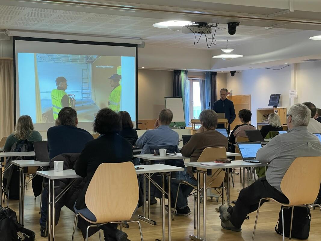 Byggherreombod Helge Rønning (på talarstolen) orienterte kommunestyret om status på prosjektet Surnadal barne- og ungdomsskule.