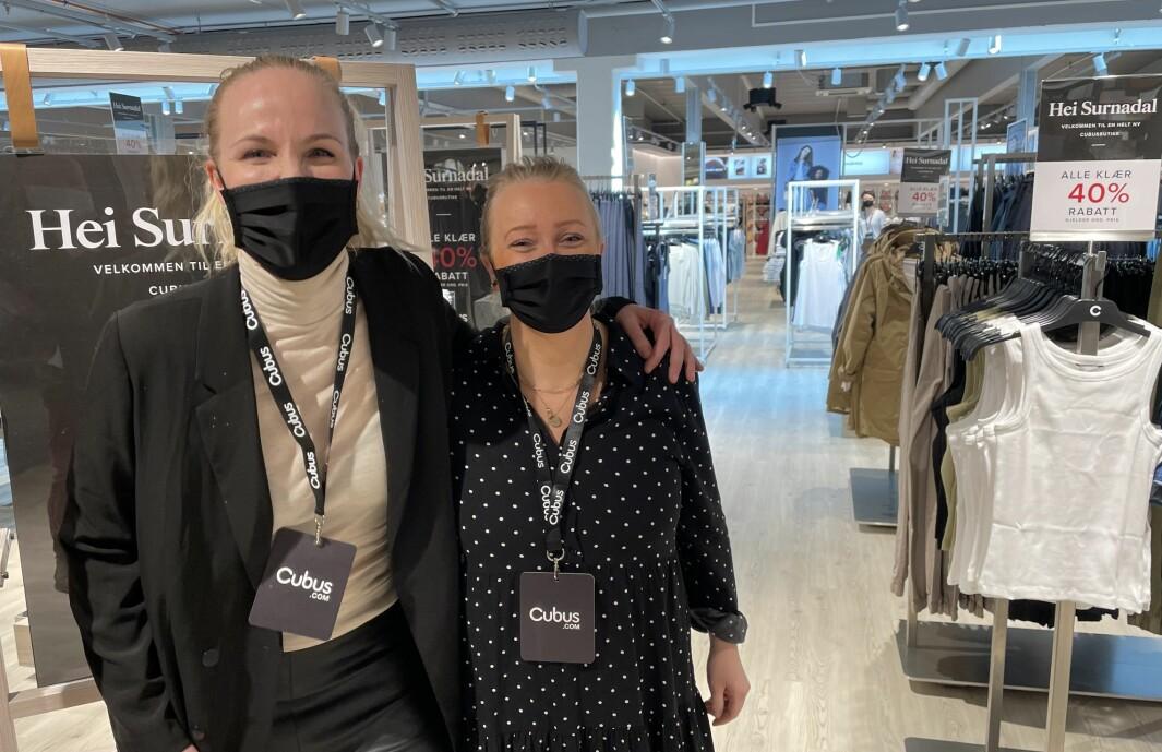"""Regionsjef Anniken Krogstad og butikksjef ved Cubus Surnadal, Linda Rødahl hadde grunn til å smile torsdag. Da kunne de nemlig endelig ønske velkommen til """"nye"""" Cubus Surnadal."""