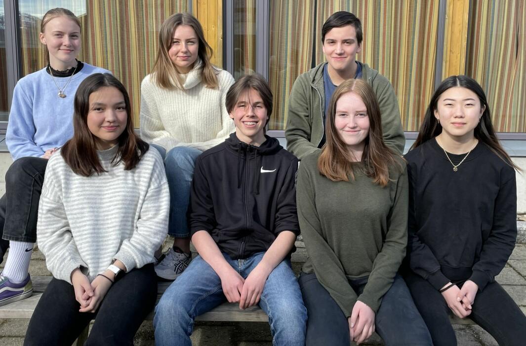 Astrid Dammen Gjeldnes (bak f.v.), Hannah Sjøflot Bremer, Ole Dalsegg, Emily Stangvik (foran f.v.), Trym Ranes, Silje Walltin og Ragna Bolme Evjen. Sammen med nestleder Mette Madaus utgjør de styret i Surnadal AUF.