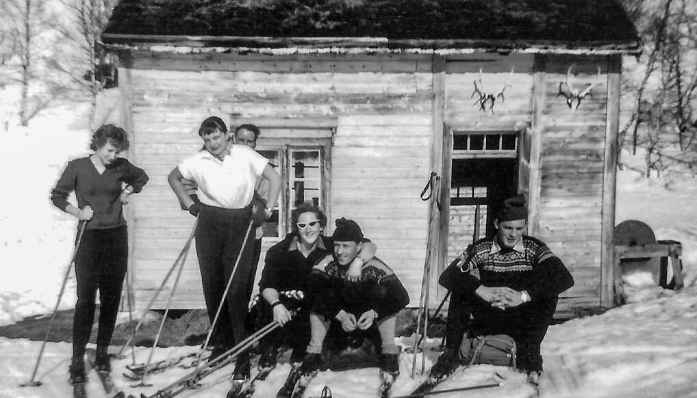 Reidunn Melhus Halle , Reidunn Ranes, bak Petrine Heggset, Eli Skei, Ola Nordvik og Olav Glærum på Bjørnahaugen i 1959, da var Reidunn 16 år.