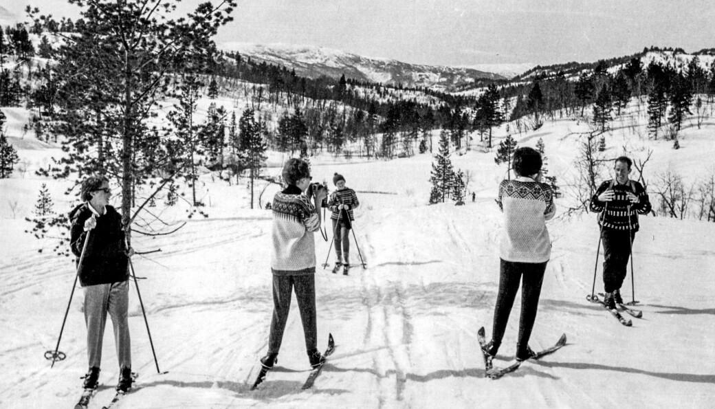 - Dette er første gongen Ola (mannen til Reidunn) var med på påsketur til Bjørnahaugen, i 1965. Det var visst veldig spanande for eit par venninner av meg som vi trefte, og det måtte forevigast.