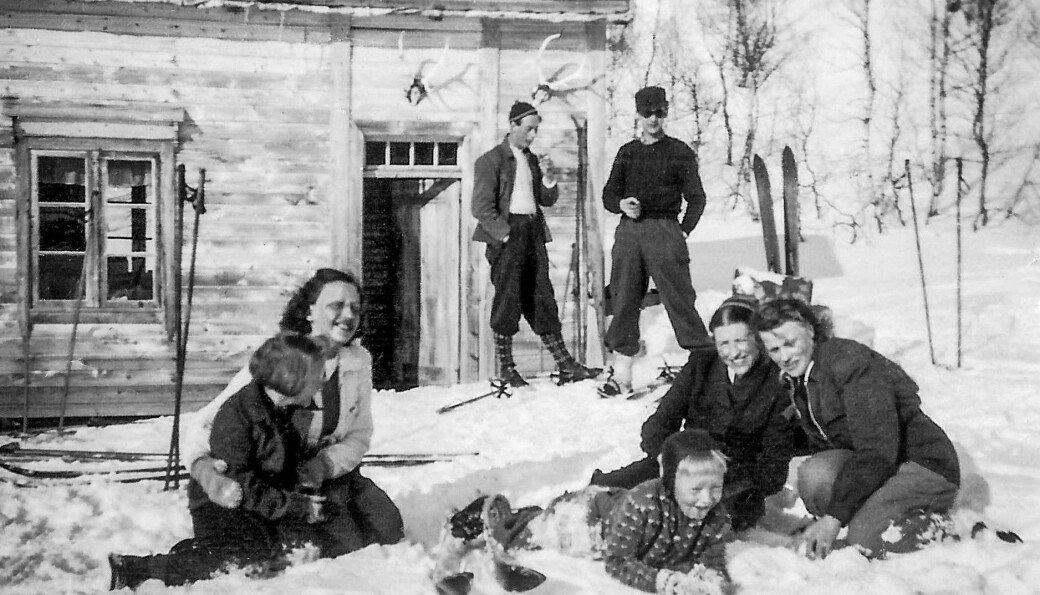 Reidunn Melhus Halle, Gerd Strand, Jon Melhus, Jenny Teilgård Røøyen og Hjørdis Grøtan Follerø. Bak Leiv Sæter og Peder Melhus.