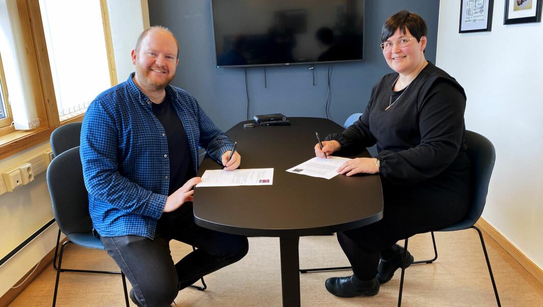 Daglig leder og redaktør i Trollheimsporten, Øystein Hjelle Bondhus, og ordfører i Rindal kommune, Vibeke Langli, signerer ny samarbeidsavtale.