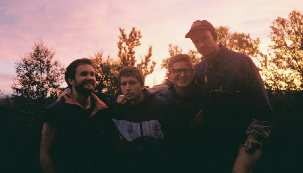 """Stein Boge (f.v.), Hans Olav Settem, Brage Kristian Einum og Oddbjørn Sponås er fire av ni medlemmar i Benedikt, som 16. april gjev ut albumet """"Balcony Dream"""""""