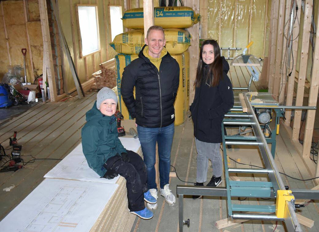 Ivar Mogstad, Malin Moe Sæter og Luka gleder seg til å flytte til Surnadal