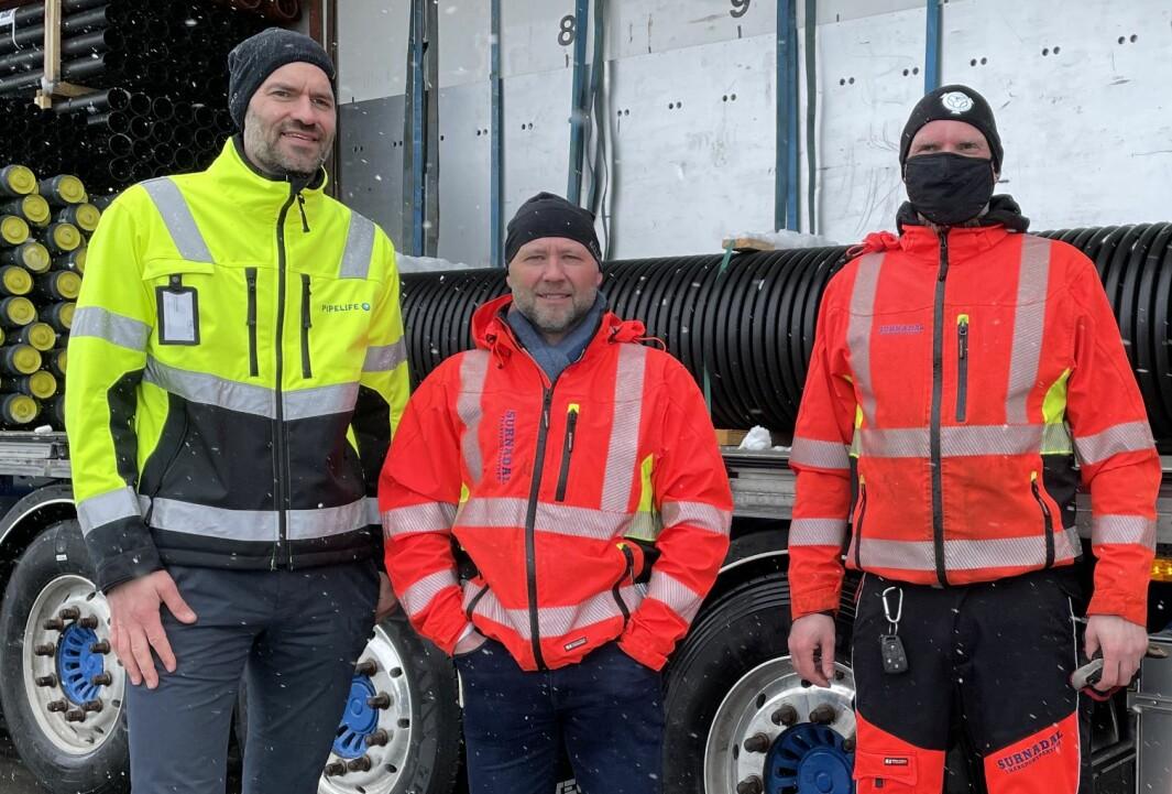 Administrerende direktør Sigmund Aandstad i Pipelife (f.v.), daglig leder Atle Norli i Surnadal Transport og sjåfør Arild André Olsen, som satt bak rattet da historiens første modulvogntog på 25 meter kjørte ut portene hos Pipelife Norge tirsdag.