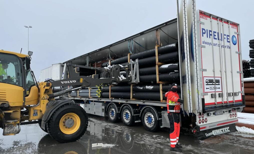 Her lastes den historiske ekstra lengden med rør, som man nå får plass til, takket være 25 meters modulvogntog.