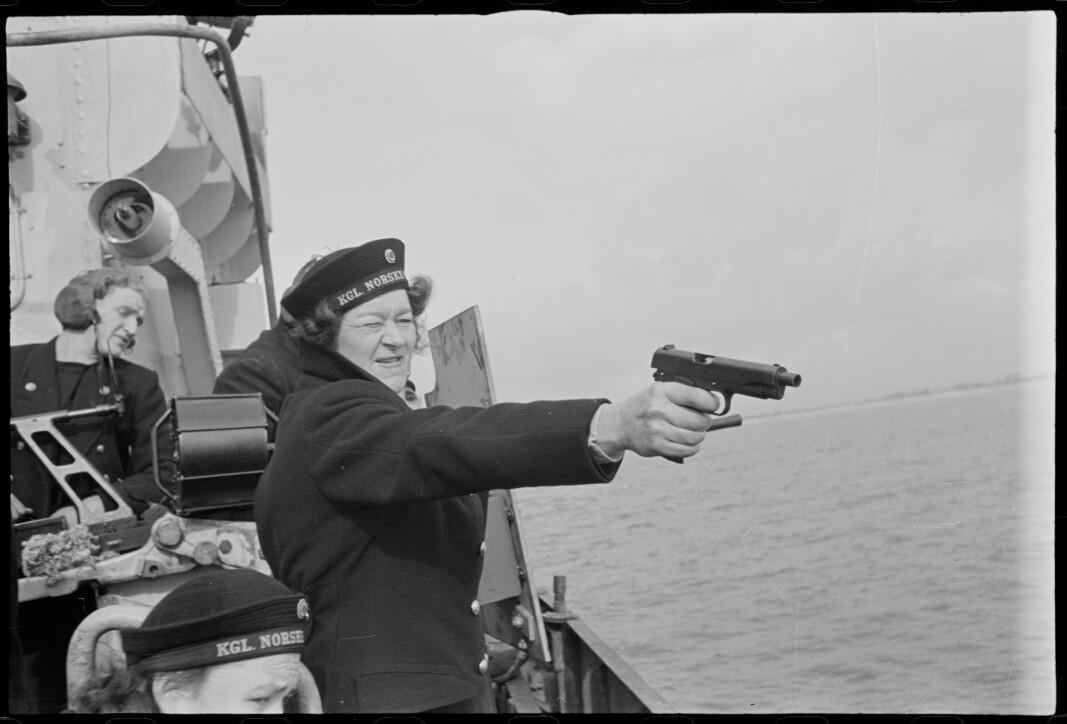 Marinelotter, matros von Hanno skyter pistol.