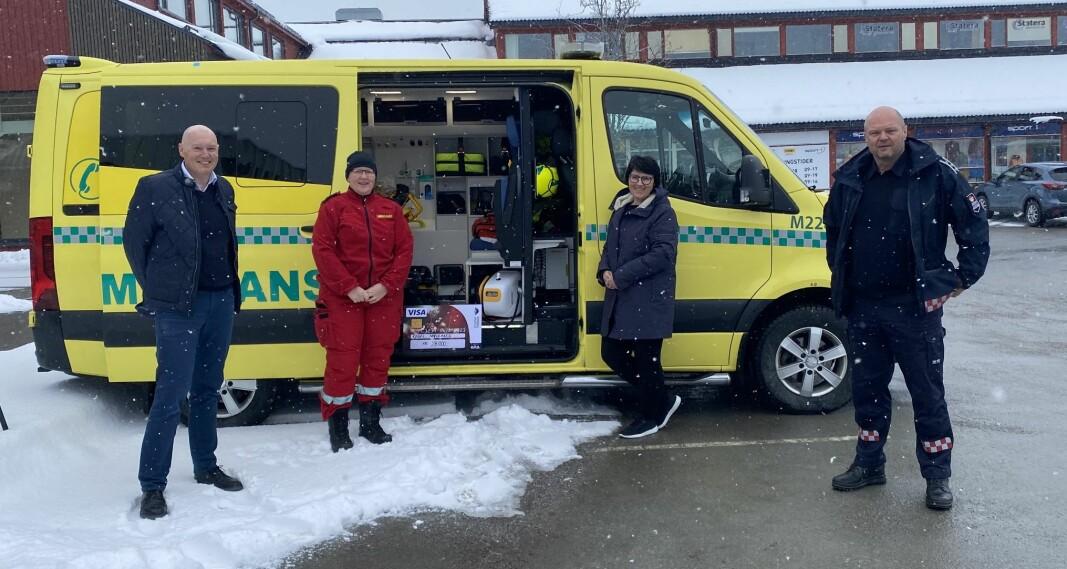 Magne Bjørnstad og Kristin Langli fra Rindal sparebank er glade for å kunne overrekke en betydelig pengegave til innsamlingsaksjonen for hjertekompresjonsmaskiner, ved Bettina Røen Helgetun og Tor Arne Moen.